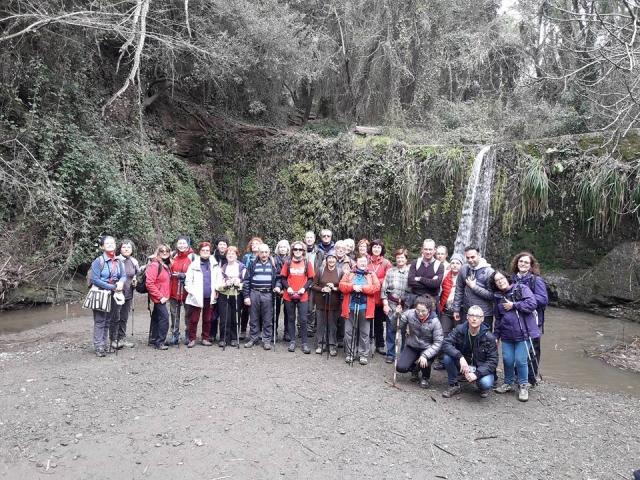 Foto de grup davant el salt d'aigua de la Rierada